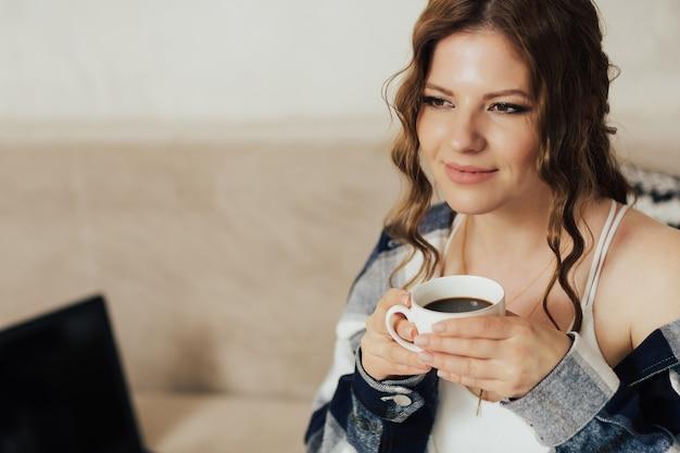 커피 한잔과 함께 주말 아침에 집에서 휴식하는 여자