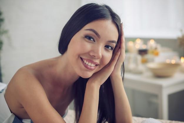 スパセンターでのマッサージ中にリラックスした女性。美容と健康の概念
