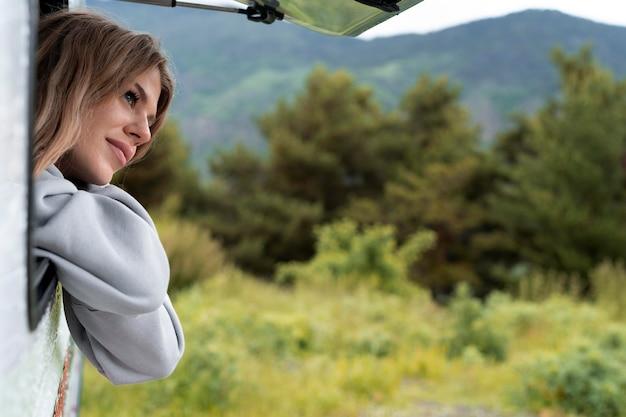 Donna che si rilassa nel suo camper alla luce del giorno