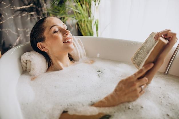 泡でお風呂でリラックスする女性