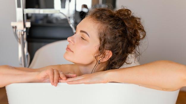 욕조에서 편안한 여자