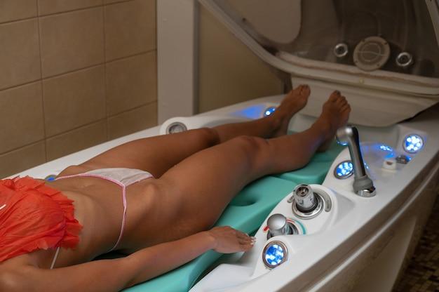 Женщина, расслабляющаяся в спа-салоне крупным планом, релаксация тела, красота и концепция ухода за телом