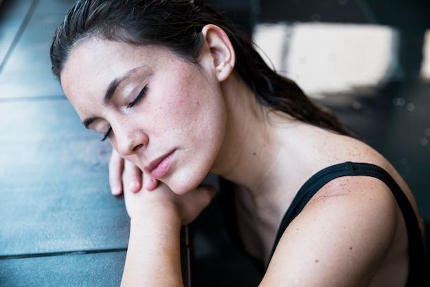 Женщина, расслабляющий в спа