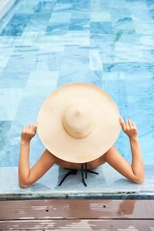 수영장에서 편안한 여자