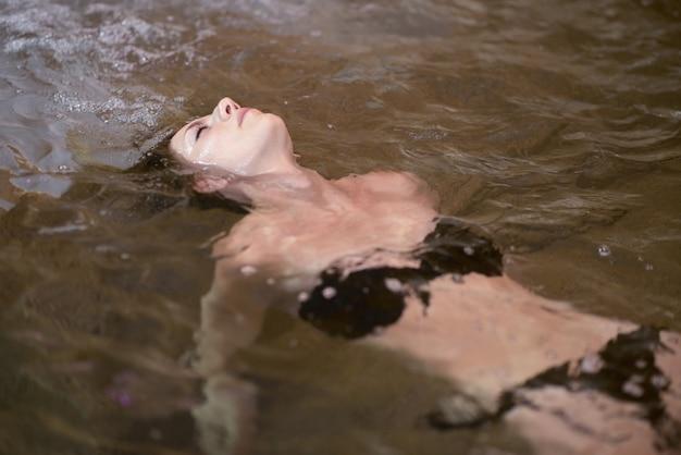 Женщина, расслабляющий в воде