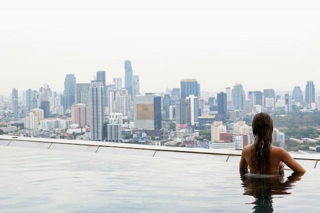 屋上プールでリラックスした女性