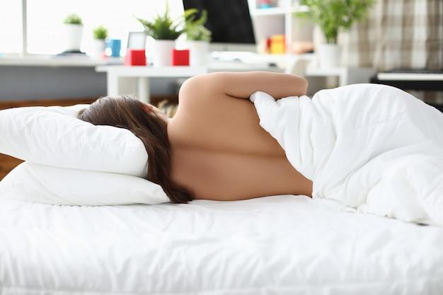ソファでリラックスした女性