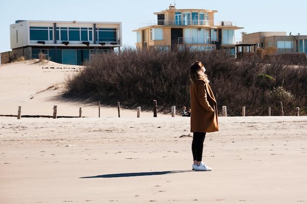 海の海岸でリラックスした女性