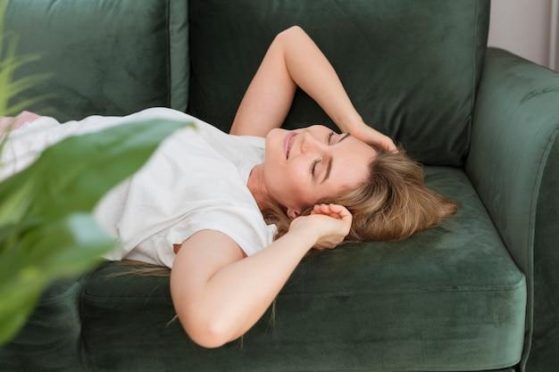 ソファの高いビューでリラックスできる女性
