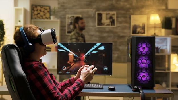 Vr 헤드셋을 사용하여 비디오 게임을 하는 편안한 여자. 여성 게이머를 위한 게임 오버. 백그라운드에서 남자입니다.