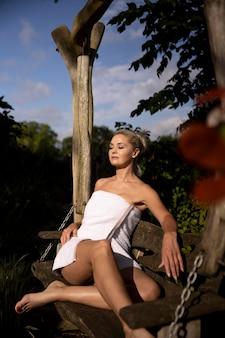Donna che si rilassa in un hotel termale all'aperto