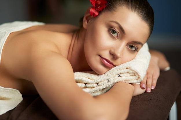 Donna che si distende nella spa