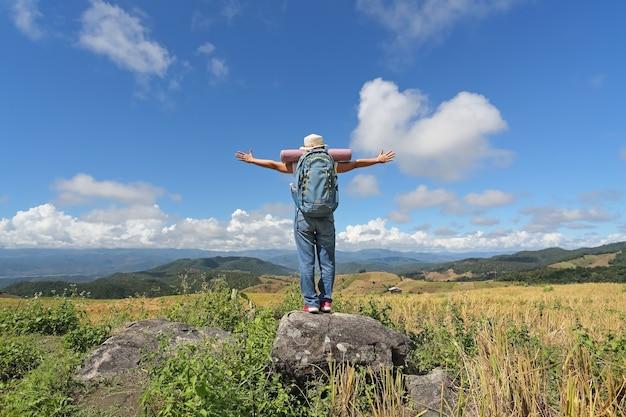 山での旅行をリラックスして時間通りに楽しむ女性