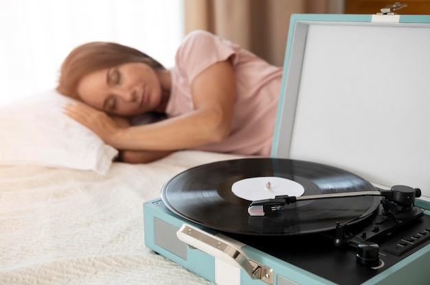 Donna che si rilassa ascoltando musica a casa