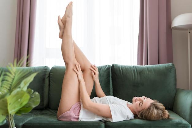 공중에서 그녀의 다리와 편안한 여자 프리미엄 사진