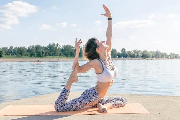 Donna, rilassante, yoga, posa, fiume