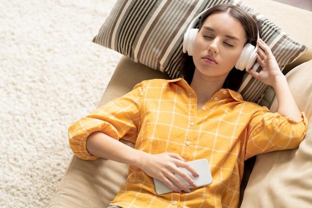 Женщина расслабляющий