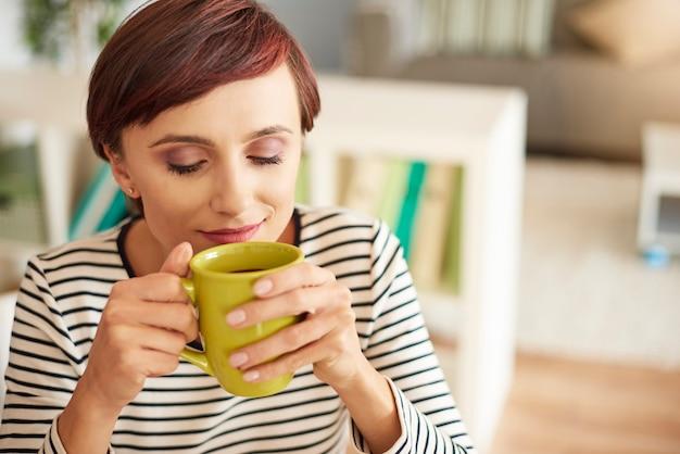おいしいコーヒーを楽しむ女性