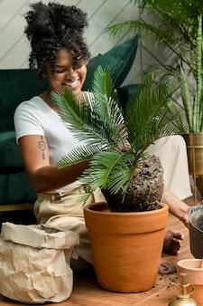 新しい通常の植物を植え替える女性
