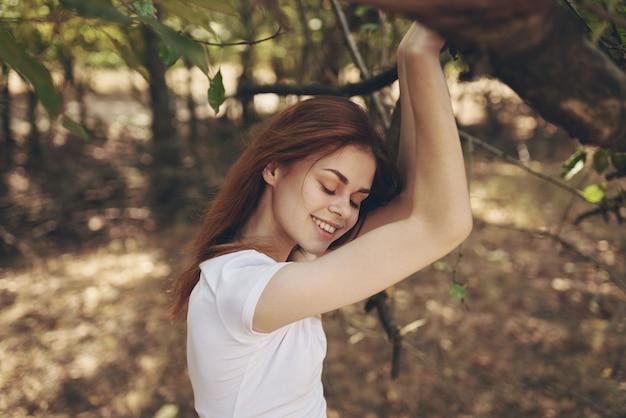 시골 풍경에 여자 나머지입니다. 고품질 사진