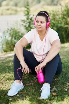 新鮮な空気でトレーニング後に休んでいる女性