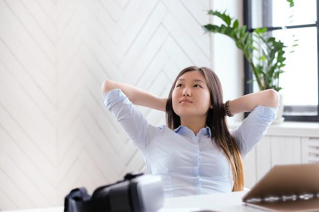 オフィスで休んでいる女性