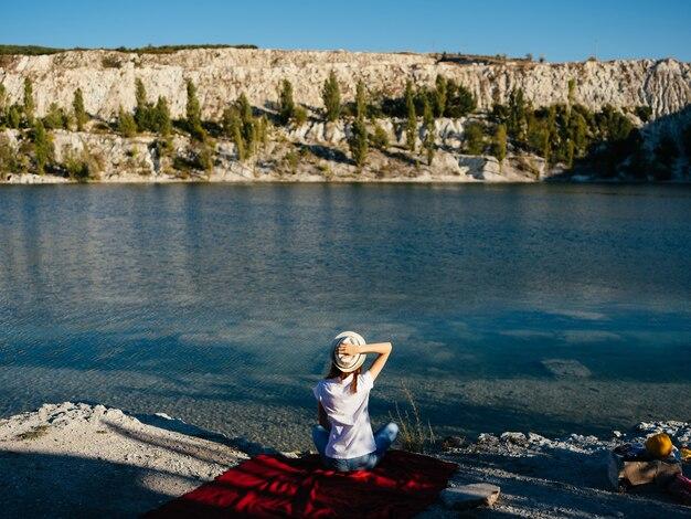 Женщина отдыхает у реки природа свежий воздух путешествия