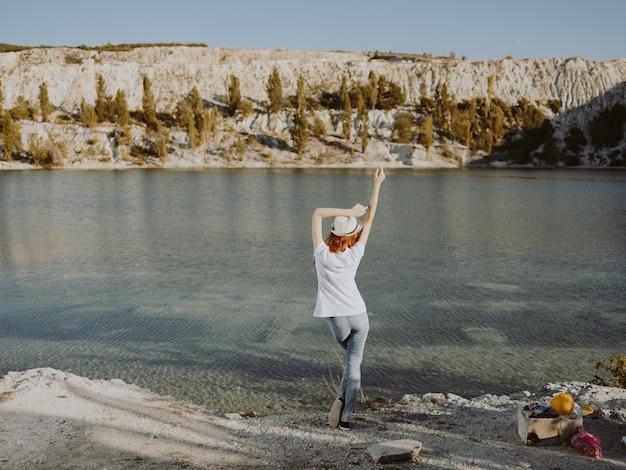 川の自然の新鮮な空の旅で休んでいる女性