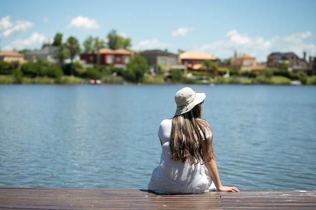 川で休んでいる女性