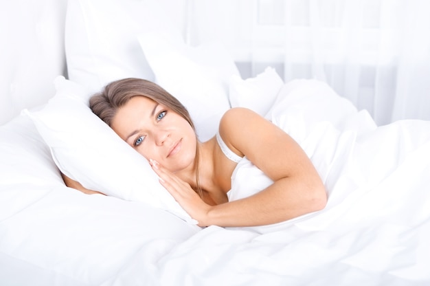 여자가 침대에서 휴식
