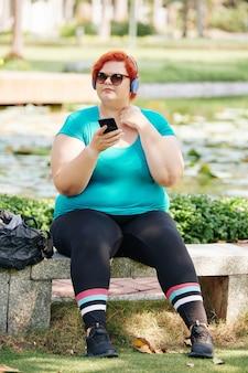공원에서 벤치에서 휴식하는 여자