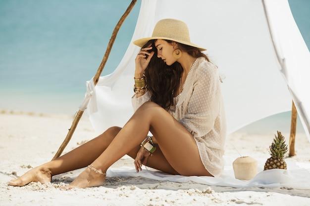Женщина отдыхает на пляже во время отпуска