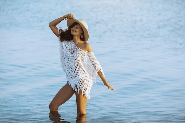 休暇中にビーチで休んでいる女性