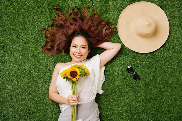 Женщина, отдыхающая на траве