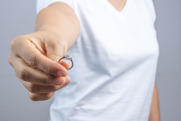 Woman return her wedding ring