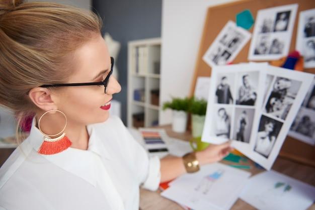 사무실에서 사진을 검토하는 여성