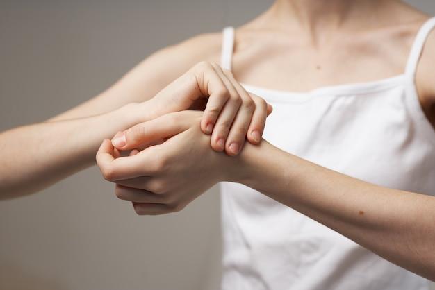 Женщина ревматизм рука боль проблемы со здоровьем изолированный фон