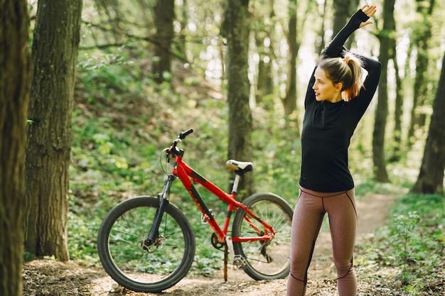 森の中のマウンテンバイクに乗る女性