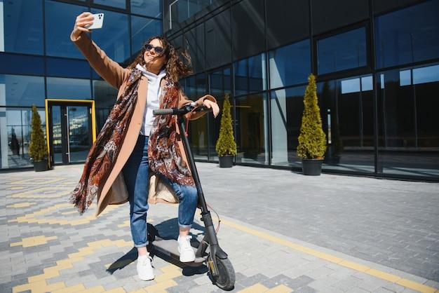 屋外で電動スクーターに乗る女性