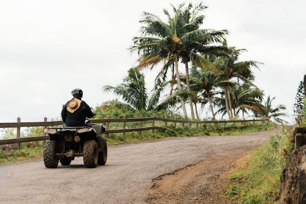 Donna che guida atv alle hawaii