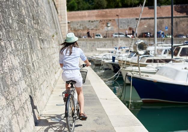 市内で自転車に乗る女性