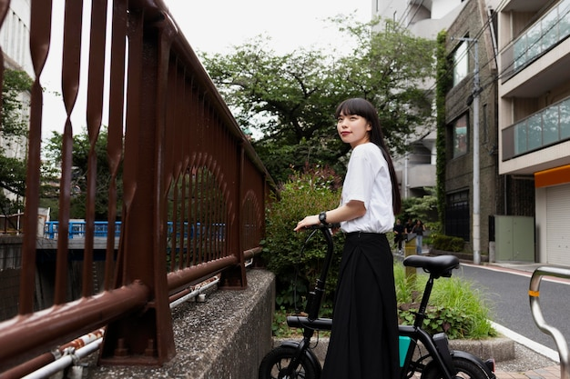 Женщина, езда на велосипеде в городе