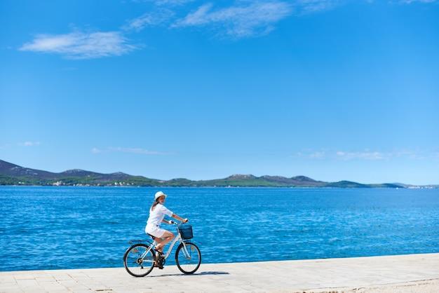 Женщина езда на велосипеде