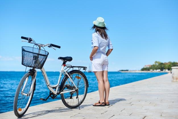 Женщина, езда на городском велосипеде