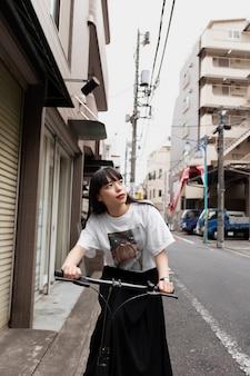 市内で電動スクーターに乗る女性
