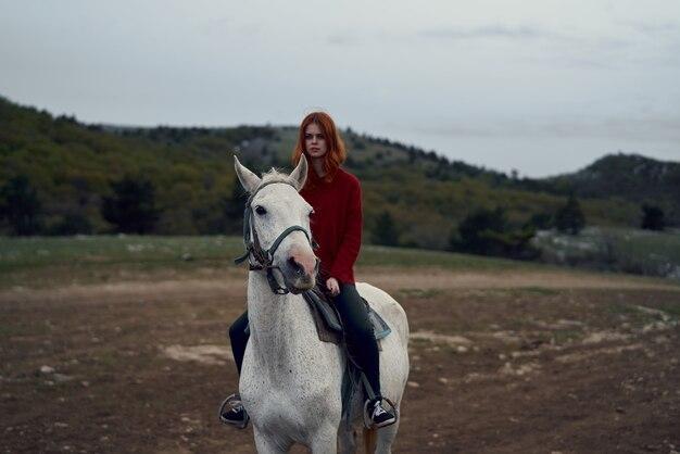 フィールド風景旅行で乗馬する女性