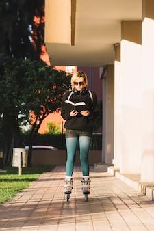 Donna in libro di rullo dei pattinatori