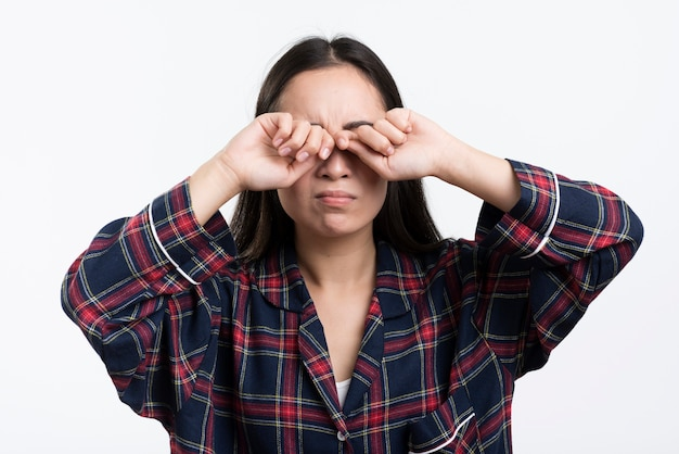 Женщина протирает глаза