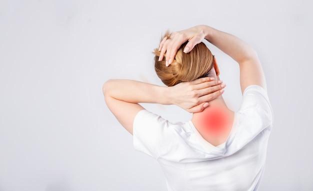 Женщина потирает шею от боли