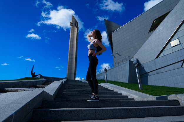 Женщина бегунов утренняя зарядка в городе. здоровый образ жизни.